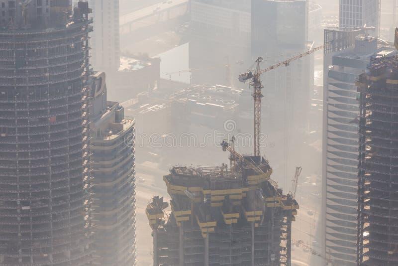 Skyscrappers-Baustelle mit Kränen auf Gebäude stockfotos