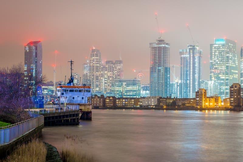 Skyscrappers pendant la nuit, Londres images stock