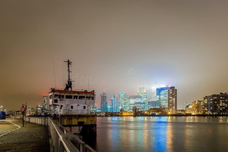 Skyscrappers pendant la nuit, Londres photo stock