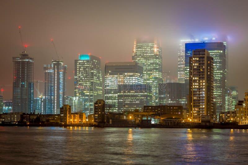 Skyscrappers pendant la nuit, Londres image stock