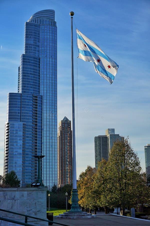 Skyskrapa med den Chicago flaggan arkivfoto