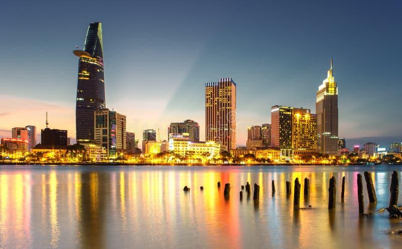 Skyskrapaaffärsmitt i Ho Chi Minh City på Vietnam Saigon i solnedgång arkivbilder