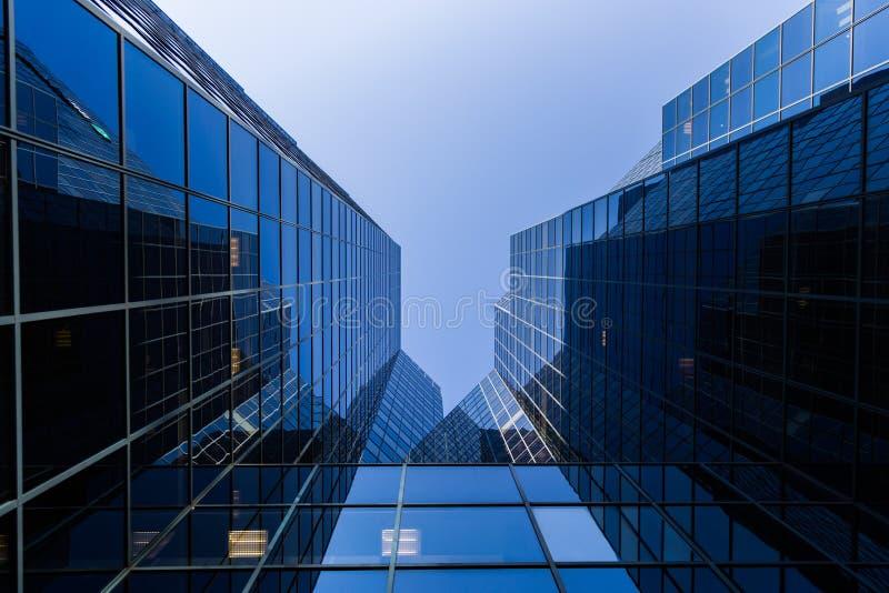 Skyskrapabotten upp sikt royaltyfri foto