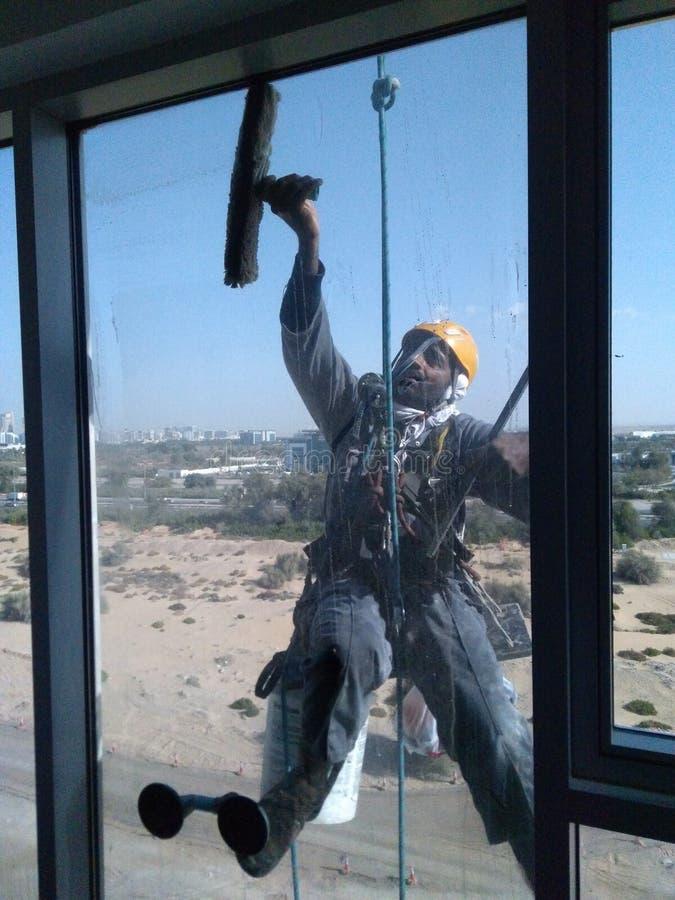 Skyskraparengöringsmedel av fönster arkivbild