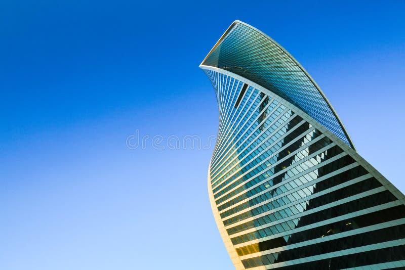 Skyskrapayttersida Modern kontorsbyggnad, glass fasad i blå himmel Stads- sikt som upp ser staden, horisont fotografering för bildbyråer