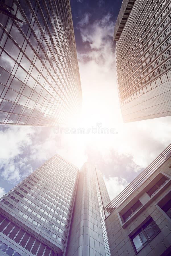 Skyskraper de la oficina en el sol fotos de archivo