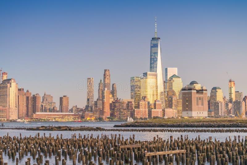 Skyskrapor av i stadens centrum Manhattan på natten New York City skylin royaltyfri bild