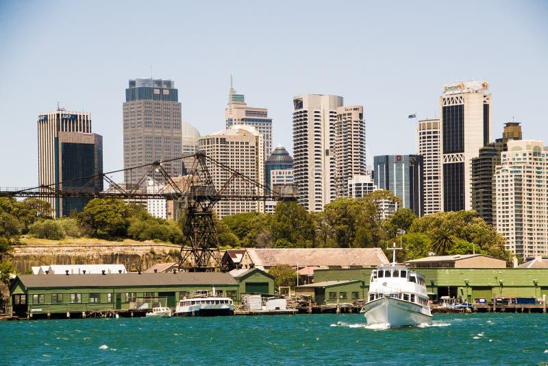 Skyskrapor av Sydney beskådade från vattnet royaltyfri fotografi