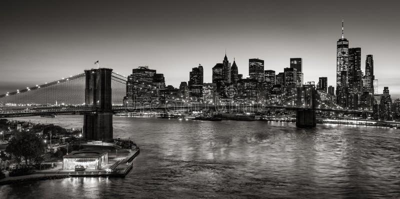 Skyskrapor för Brooklyn bro och Manhattan på skymning i svart & vit stad New York royaltyfria bilder