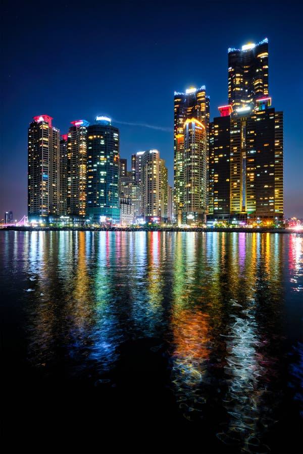Skyskrapor för Busan marinastad illluminated i natt royaltyfri bild