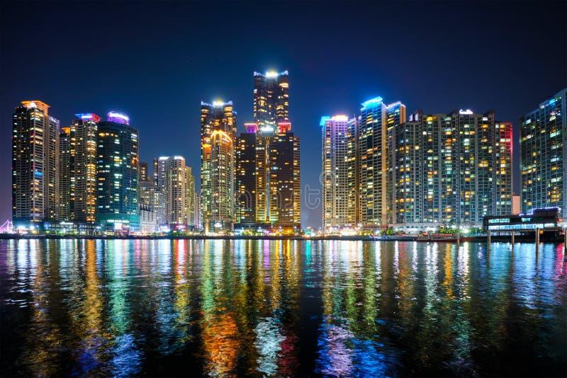 Skyskrapor för Busan marinastad illluminated i natt royaltyfri foto