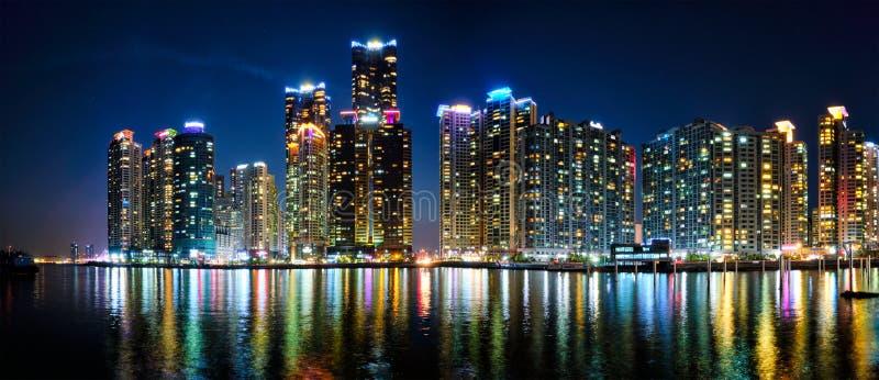 Skyskrapor för Busan marinastad illluminated i natt arkivbilder
