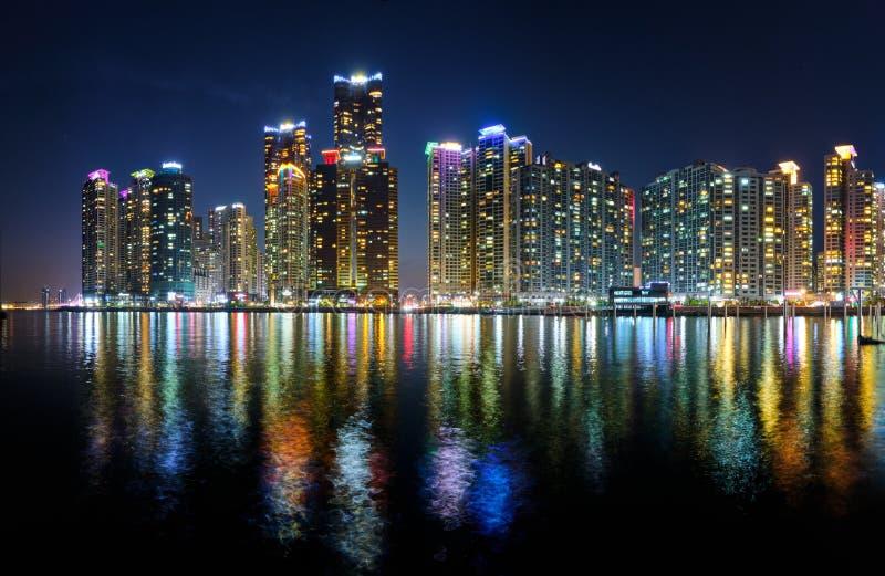 Skyskrapor för Busan marinastad illluminated i natt royaltyfri fotografi