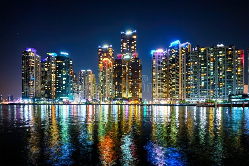 Skyskrapor för Busan marinastad illluminated i natt royaltyfria bilder