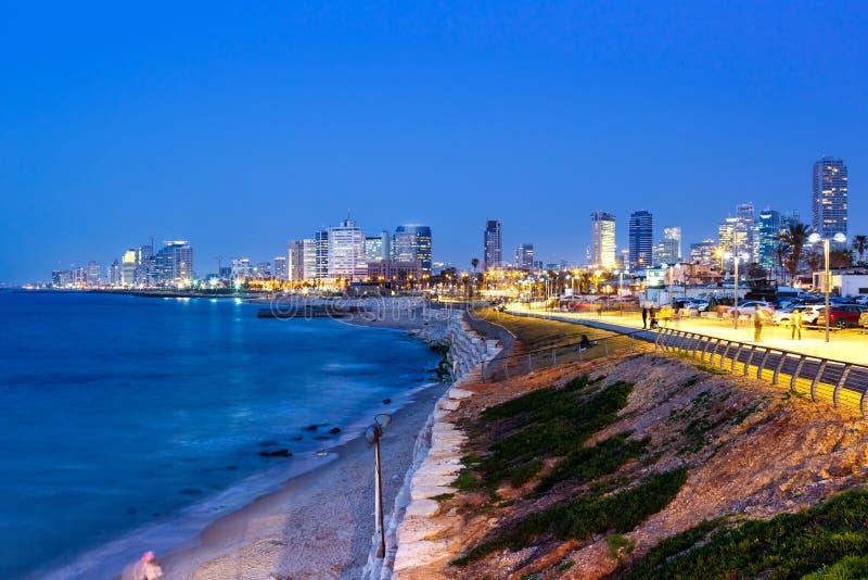 Skyskrapor för hav för stad för natt för Tel Aviv horisontIsrael blåa timme royaltyfria bilder
