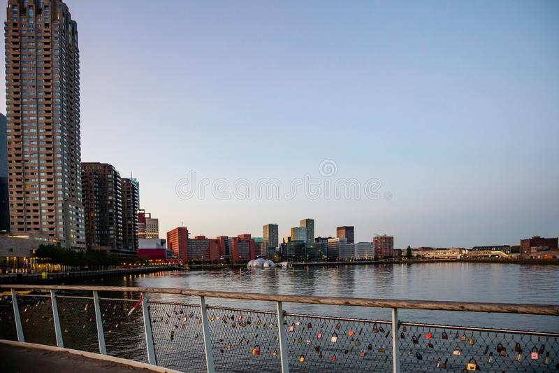 Skyskrapor för Rotterdam stadsNederländerna, reflexioner på vattnet, solnedgångtid, blå klar himmel arkivfoton