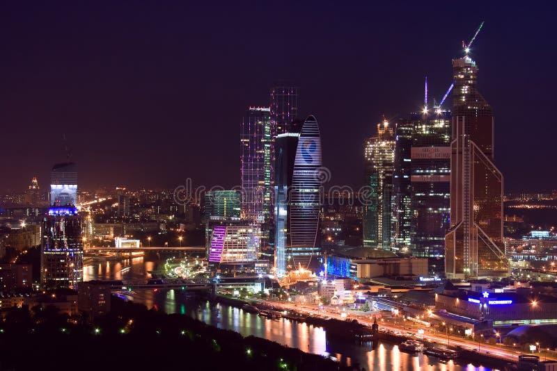 skyskrapor för stadsmoscow natt royaltyfri bild