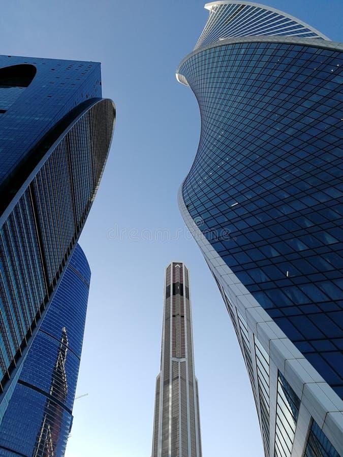 Skyskrapor i den bl?a himlen arkivbild