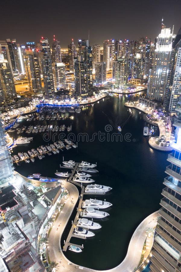 Skyskrapor i den Dubai marina, UAE, ståendebild av en berömd destination för ferie i Asien eller Mellanösten fotografering för bildbyråer