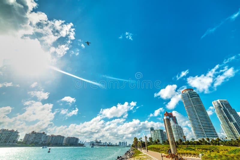 Skyskrapor i Miami Beach bayfront royaltyfri bild