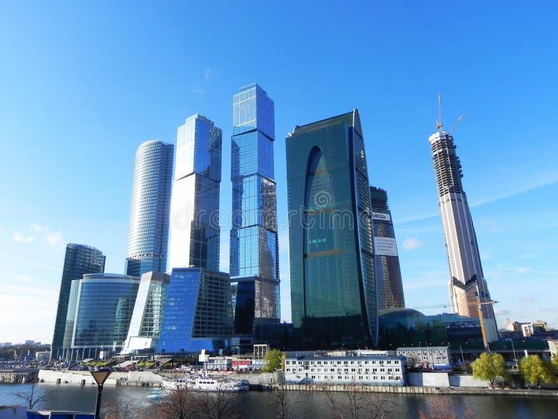 Skyskrapor i Moskvastad Arkitektoniskt komplex av kontoret och bostads- byggnader arkivfoto