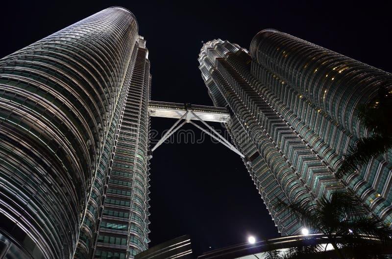 Skyskrapor i natten fotografering för bildbyråer