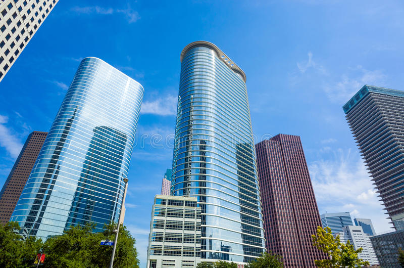 Skyskrapor mot blå himmel i centrum av Houston, Texas arkivbilder