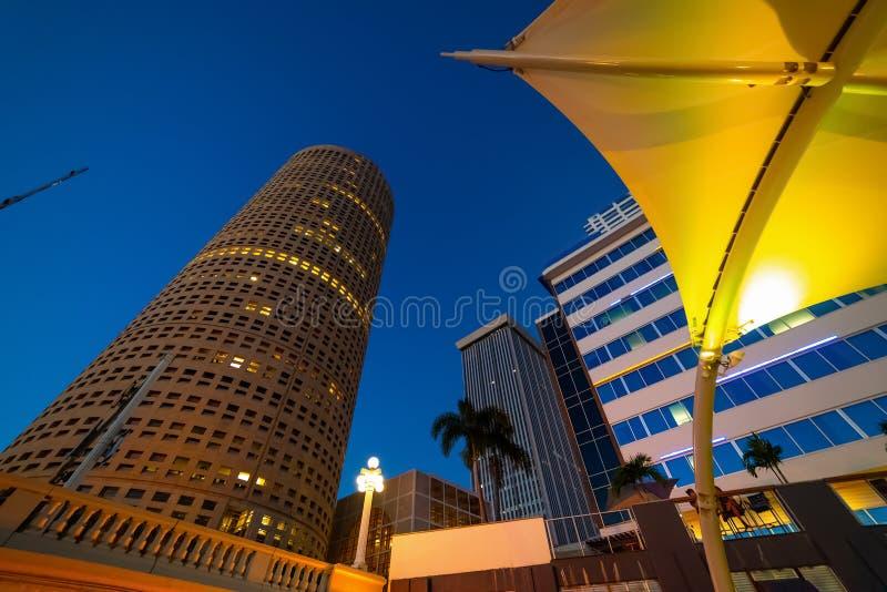 Skyskrapor och färgrikt skydd i Tampa Riverwalk på natten arkivbilder