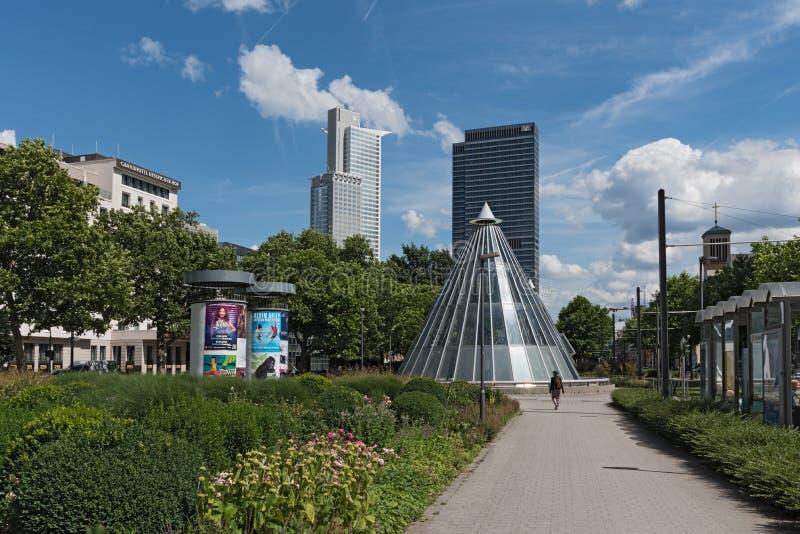 Skyskrapor och gångtunnelstation på den Friedrich Ebert Park lättheten i Frankfurt, Tyskland arkivfoton