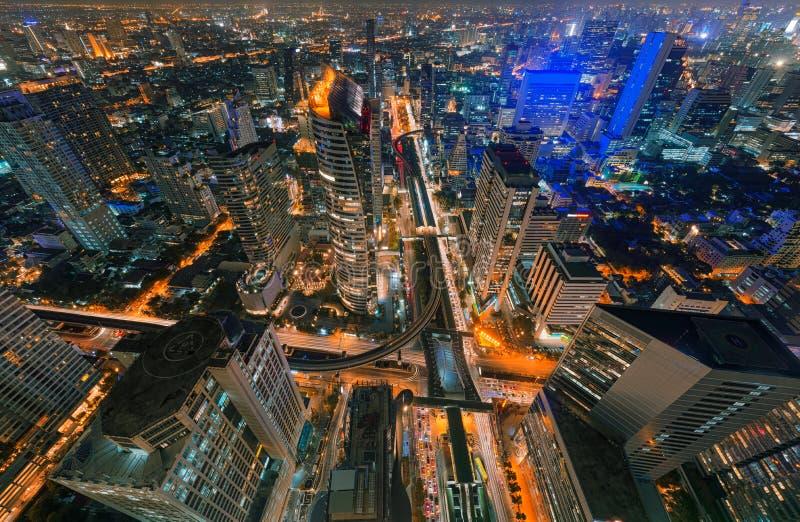 Skyskrapor och Sathorn genomskärning, BTS Chong Nonsi, Bangkok royaltyfria foton