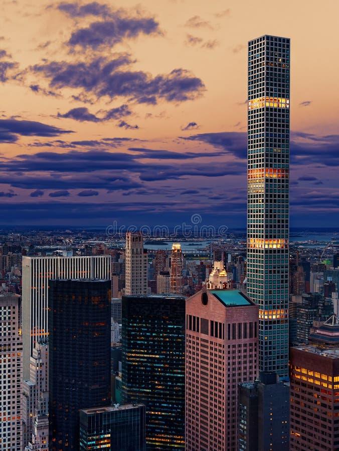 Skyskrapor och torn för Manahattan New York City horisontskymning royaltyfri bild