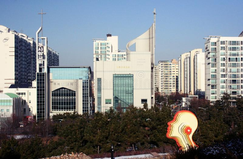 Skyskrapor och träd i Incheon, Korea royaltyfri fotografi
