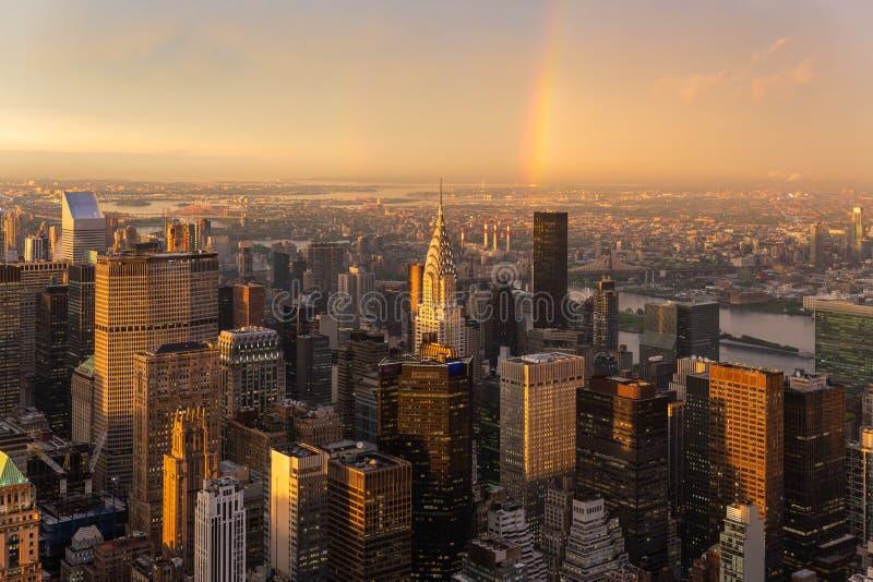 Skyskrapor på midtownen New York City med Eastet River på bakgrunden på dramatiskt efter stormsolnedgångljuset fotografering för bildbyråer