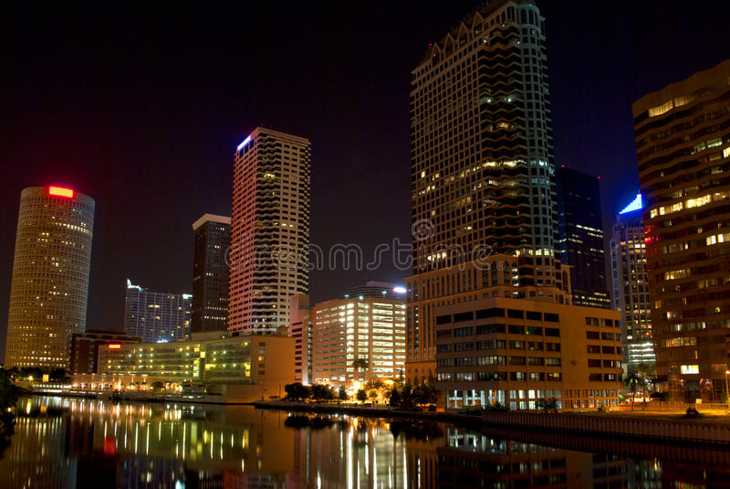 Skyskrapor På Natten Längs Waterwayen Royaltyfri Fotografi