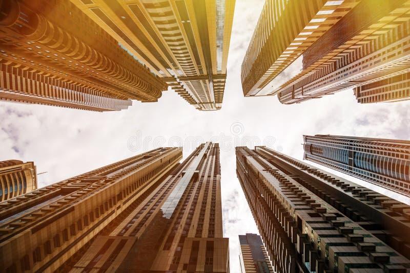 Skyskrapor som ser upp på himlen Modern metropolis modern stad royaltyfria bilder