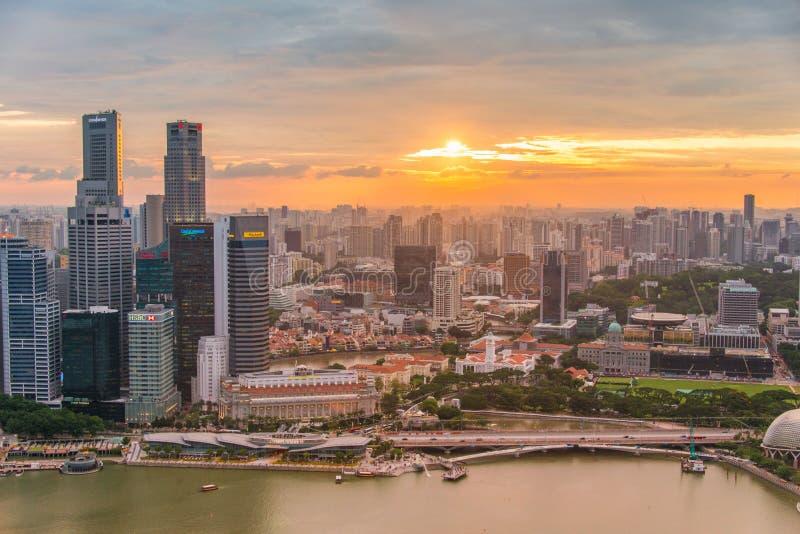 Skysrapers w Singapur podczas nocy godzin obrazy stock