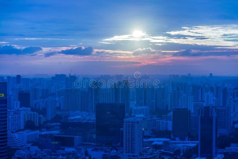 Skysrapers w Singapur podczas nocy godzin zdjęcia stock