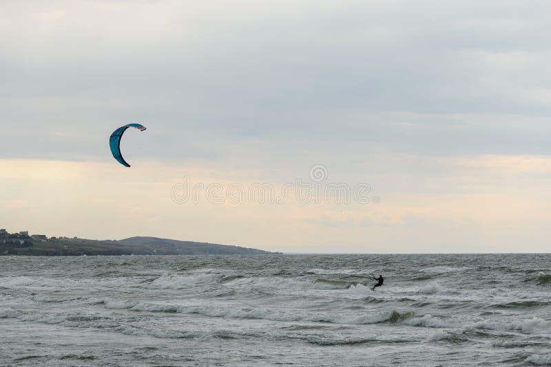 Skysurfer em um mar tormentoso imagens de stock royalty free