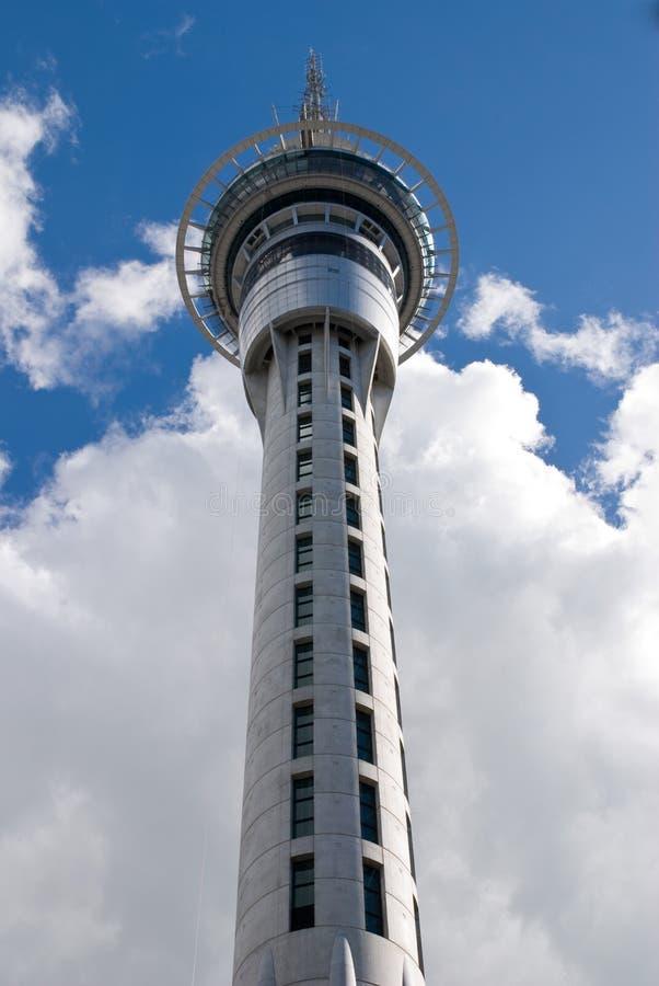 Skytower in de wolken royalty-vrije stock fotografie