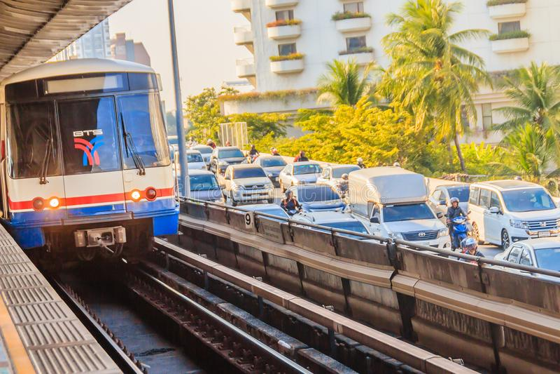 Skytrain pubblico del sistema di trasporto di trasporto pubblico di Bangkok (BTS) alla stazione di treno di alianti di BTS, Bangk fotografie stock