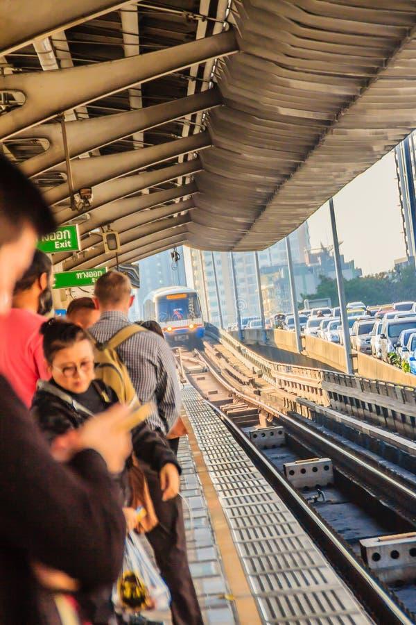 Skytrain pubblico del sistema di trasporto di trasporto pubblico di Bangkok (BTS) alla stazione di treno di alianti di BTS, Bangk fotografia stock