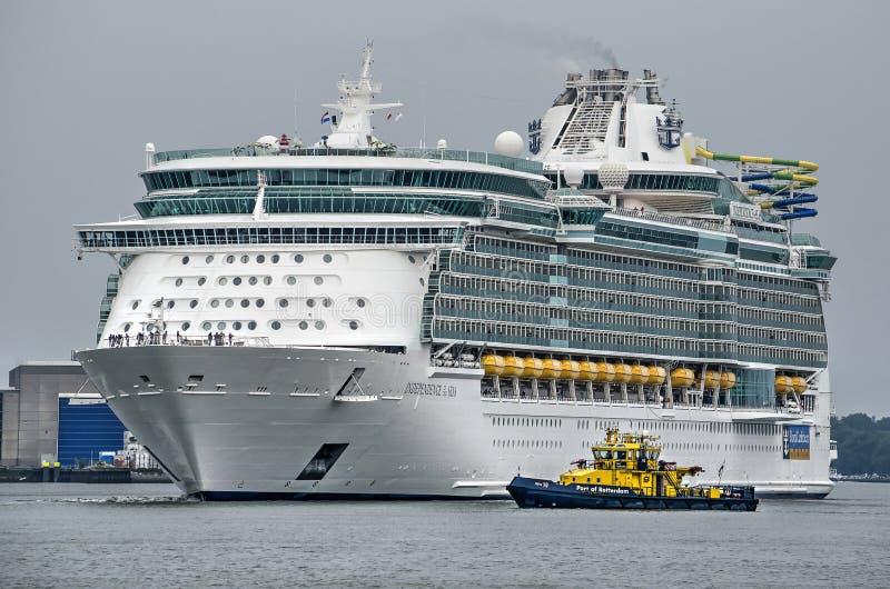 Skyttel för kryssningskepp och för portmyndighet royaltyfri foto