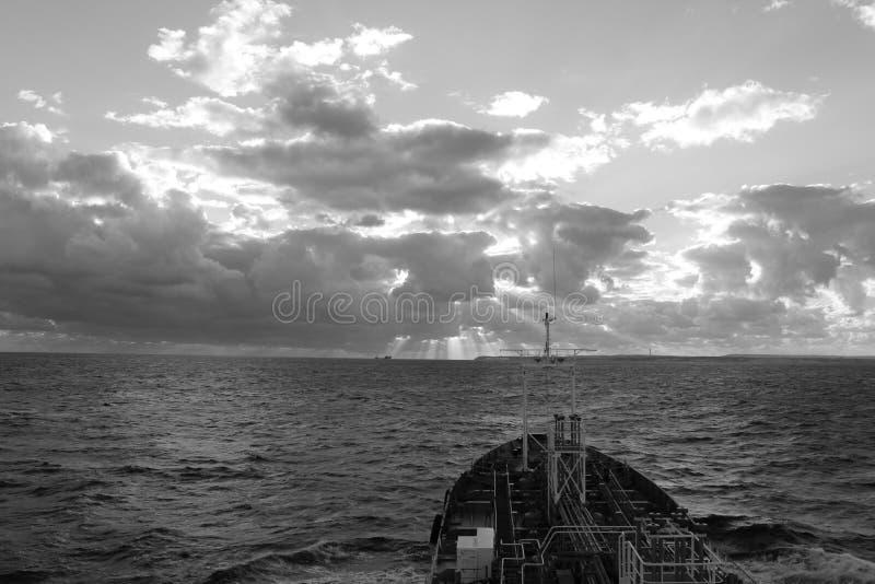Skyttel på havet royaltyfri foto