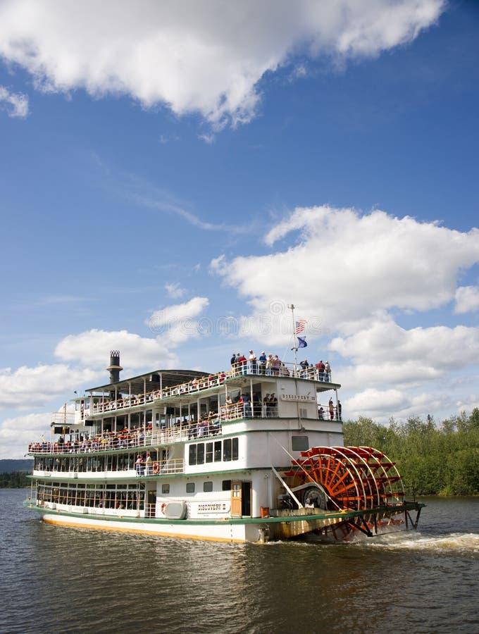 Skytteln för ångaren för den Sternwheeler Riverboatskoveln flyttar turister ner royaltyfria bilder