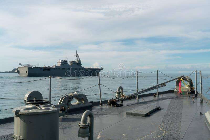 Skytteln för den frånlands- patrullen för HTMS Narathiwat rätt seglar den thailändska och lämnade japanska helikopterjagaren för  arkivbild