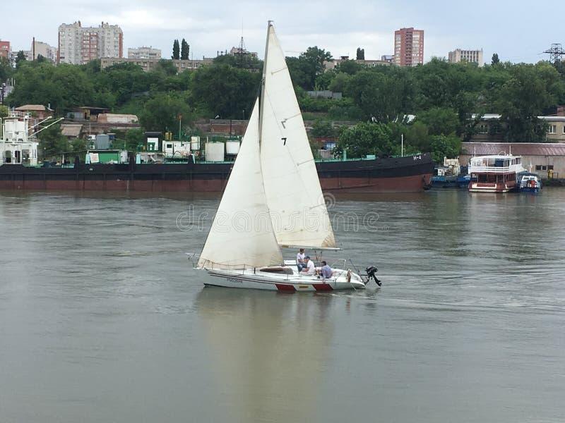 Skytteln yachten, segelbåten, regatta, havet, floden, sport, seglar royaltyfria bilder