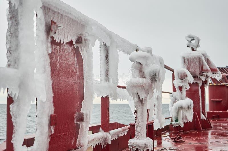 Skyttelskurkroll som täckas med is arkivbild