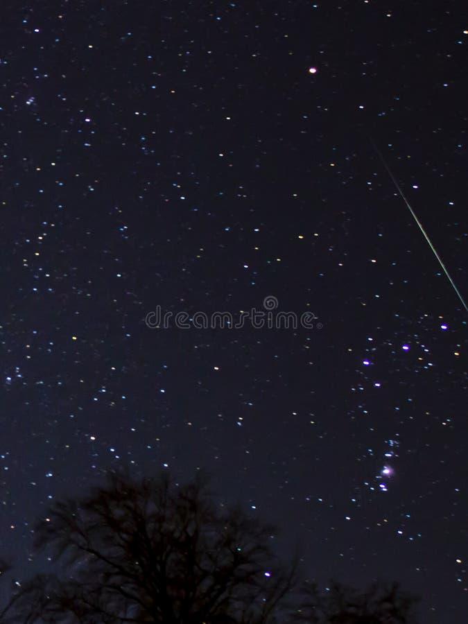 Skyttestjärna från geminidsmeteorregnet November 2014 arkivfoton