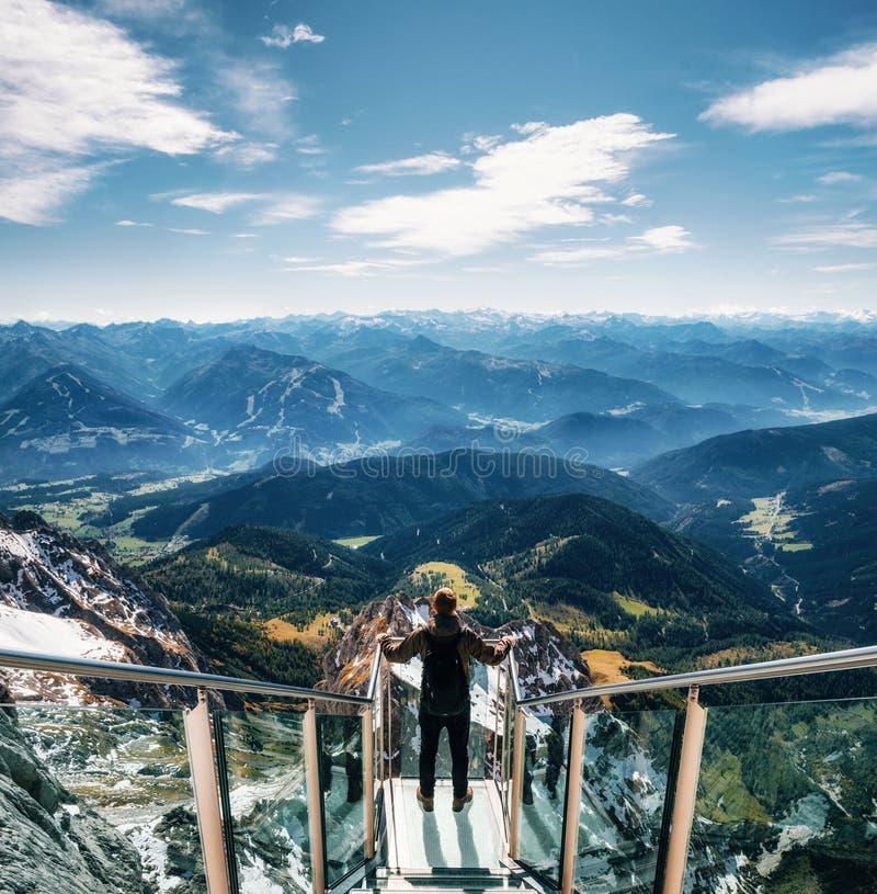 skywalk桥梁的背包徒步旅行者在Dachstein,奥地利 免版税库存照片