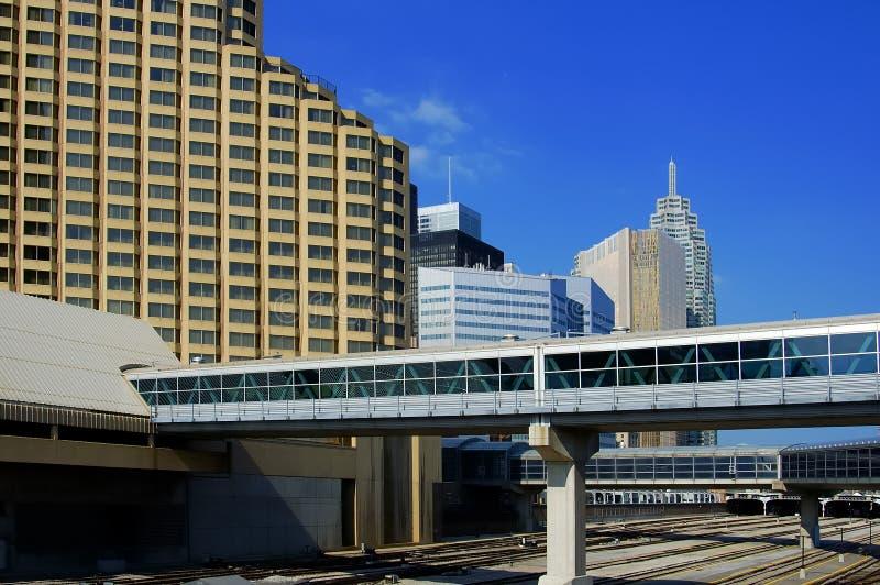 Skywalk & edifícios fotografia de stock